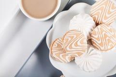 Кофе и печенья на серой плите, взгляд сверху Стоковое Изображение RF