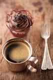 Кофе и пирожное в деревенском стиле на деревянном столе Стоковые Фото