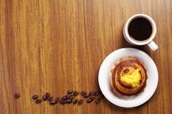 Кофе и пирожное на столе Стоковая Фотография RF