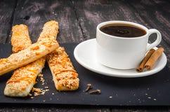 Кофе и помадки на деревянном столе стоковые изображения rf