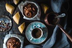 Кофе и приправленные пирожные банана на деревянном столе горизонтальном Стоковое Изображение