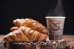 Кофе и свежие круасанты стоковые изображения rf