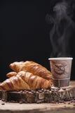 Кофе и свежие круасанты стоковые фотографии rf