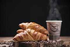 Кофе и свежие круасанты стоковое фото