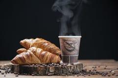 Кофе и свежие круасанты стоковые фото