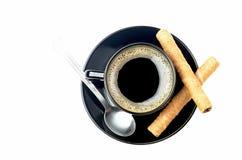 Кофе и свернутые вафли стоковые изображения