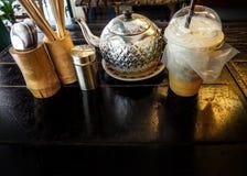 Кофе и свойство на деревянном столе в магазине стоковое фото