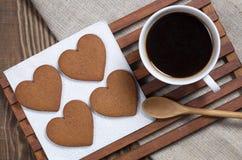 Кофе и сердце сформировали печенья имбиря стоковое изображение rf