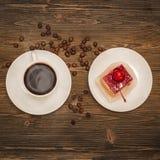 Кофе и торт на плите Стоковые Изображения RF