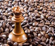 Кофе и ферзь шахмат Стоковое Изображение