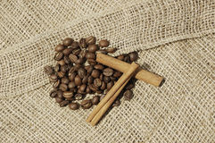 Кофе и canella на холстине Стоковая Фотография