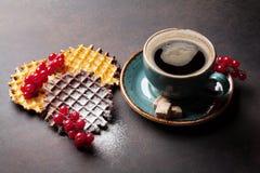Кофе и waffles с ягодами Стоковая Фотография