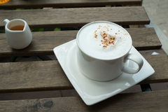 Кофе капучино в белой чашке Стоковые Изображения