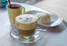 Кофе капучино и испаренная плюшка вещества для завтрака Стоковые Фотографии RF