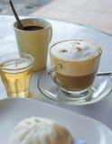 Кофе капучино и испаренная плюшка вещества для завтрака Стоковое фото RF