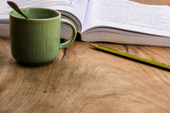 Кофе, книги, карандаш, древесина, бумага, ложка Стоковые Фото