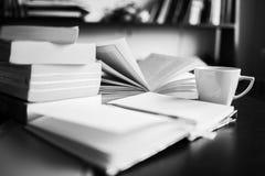 Кофе, книги, тетрадь и ручка Примечани-принимать Стоковые Фотографии RF