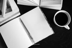 Кофе, книги, тетрадь и ручка Стоковое Фото