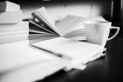 Кофе, книги, тетрадь и ручка Стоковое фото RF