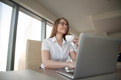 Кофе коммерсантки выпивая на столе офиса Стоковые Фото