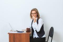 Кофе коммерсантки выпивая перед ей Стоковая Фотография