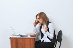 Кофе коммерсантки выпивая перед ей Стоковое Изображение