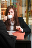 Кофе коммерсантки выпивая Стоковые Фото