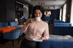 кофе коммерсантки имея портрет Стоковое фото RF