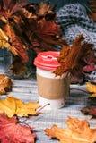Кофе, который нужно пойти на деревянную предпосылку стоковая фотография rf
