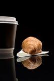 Кофе, который нужно пойти чашка с круассаном Стоковое Изображение RF