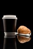 Кофе, который нужно пойти чашка с круассаном Стоковые Фотографии RF