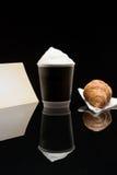 Кофе, который нужно пойти чашка с круассаном Стоковые Изображения