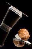 Кофе, который нужно пойти чашка с круассаном Стоковая Фотография RF