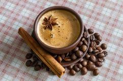 Кофе, кофейные зерна, специи, анисовка звезды, циннамон, сахар, холст стоковые изображения rf