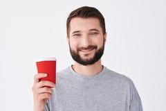 Кофе красивого бородатого человека выпивая и смотреть камеру стоковые фотографии rf