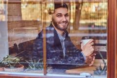 Кофе красивого молодого стильного человека выпивая в кафе стоковые изображения