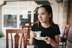 Кофе красивой женщины выпивая на кафе Стоковые Фотографии RF