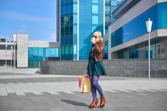 Кофе красивой женщины выпивая с хозяйственными сумками Стоковые Фотографии RF