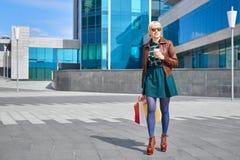 Кофе красивой женщины выпивая с хозяйственными сумками Стоковое фото RF