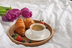 Кофе, круассаны и цветки на белом конце-вверх простынь стоковая фотография rf