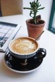 кофе клиппирования содержит путь архива чашки печений Стоковое фото RF