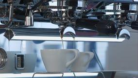 Кофе лить в белые керамические чашки от машины кофе Стоковые Изображения