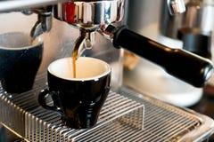 Кофе лить от машины кофе стоковые фото