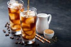 Кофе льда в высокорослом стекле сверх и кофейных зернах на старом деревенском деревянном столе Холодное питье лета на темной пред Стоковое Фото