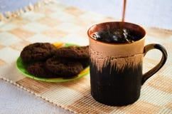 кофе льет стоковое изображение rf