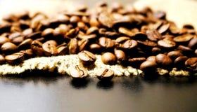 Кофе макрос кофе завтрака фасолей идеально изолированный над белизной Зерна кофе Arabica на мешковине черный кофе Arabica питье п Стоковые Фотографии RF
