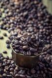 Кофе макрос кофе завтрака фасолей идеально изолированный над белизной кофе фасолей разлил Стоковые Фото