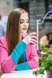 Кофе маленькой девочки отдыхая и выпивая Образ жизни концепции, Trave Стоковая Фотография RF