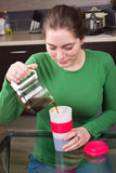 Кофе маленькой девочки выпивая в кухне Стоковое Изображение