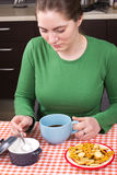 Кофе маленькой девочки выпивая в кухне Стоковые Фотографии RF
